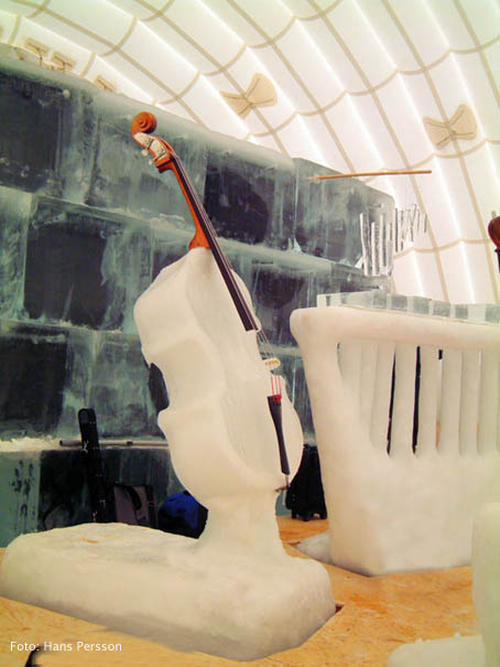One of Tim Linhart's ice cellos used in the 2003 performance (photo by Hans Persson, from Rehnqvist's website)